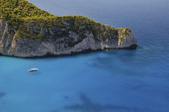 Motorboot mit den Touristen, die Navagio lassen lizenzfreies stockfoto