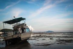 Motorboot mit Ebbe Lizenzfreies Stockbild