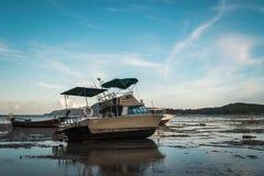 Motorboot mit Ebbe Stockfotografie