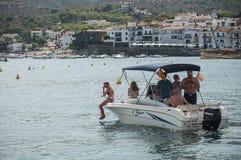 Motorboot mit Touristen im Hafen Lizenzfreies Stockfoto