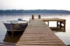 Motorboot nahe dem Pier Stockfoto