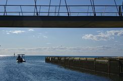 Motorboot op blauw water royalty-vrije stock fotografie