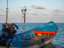 Motorboot op de oppervlakte van het overzees dichtbij het eiland royalty-vrije stock afbeeldingen