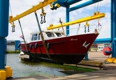 Motorboot op een kraan stock afbeeldingen
