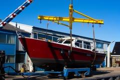 Motorboot op een kraan stock afbeelding