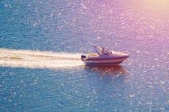 Motorboot op het gestemde water stock foto's