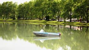 Motorboot op het meer Stock Foto's