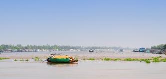 Motorboot op Mekong rivier, zuidelijk Vietnam stock afbeelding