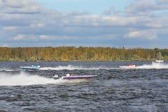 Motorboot-Rennzeigung 2012 im Yachtclub Stockbild