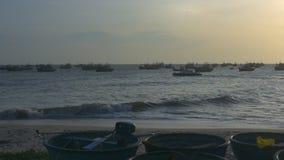Motorboot-Segel entlang Bucht und runden Fischerbooten stock footage