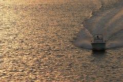 Motorboot am Sonnenuntergang Lizenzfreie Stockbilder