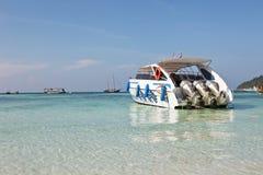 Motorboot in strand Royalty-vrije Stock Afbeelding