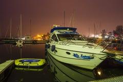 Motorboot und Ponton festgemacht zur Anlegestelle Stockbild
