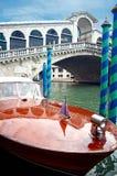 Motorboot und Rialto Brücke Lizenzfreie Stockfotos