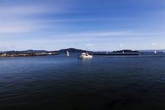 Motorboot und Segelboote auf San Francisco Bay Stockbilder