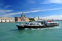 Motorboot und Venedig Stockfotografie