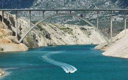 Motorboot unter Datenbahnbrücke Lizenzfreies Stockbild