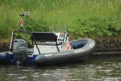 Motorboot van de politie op het kanaal Gouwe in het hol Rijn van Alphen aan in Nederland stock foto's