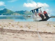 Motorboot van een strand dat van Seychellen wordt vastgelegd Nog wateren onder clou stock foto