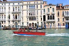 Motorboot Vigili Del Fuoco in Grand Canal Venedig, Italien Stockfotografie