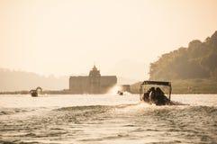 Motorboote gehen zum Tempel voran, der auf Insel gelegen ist Stockbild