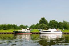Motorboote im Fluss Stockbild