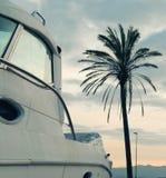 Motorbootkant met zonsonderganglicht royalty-vrije stock fotografie