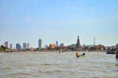 Motorbootkreuzfahrt des langen Schwanzes vor Wat Arun in Chaopraya-ri Stockfoto