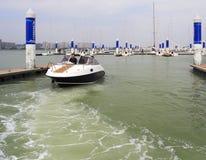 Motorbootomgekeerde en vertrek Stock Fotografie