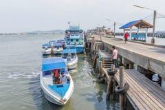 Motorbootparkeren bij de haven Royalty-vrije Stock Afbeeldingen