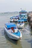 Motorbootparkeren bij de haven Stock Foto's