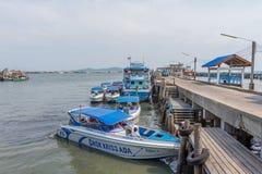 Motorbootparkeren bij de haven Stock Foto