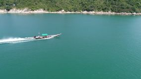 Motorbootsegel im Meer Schönheitsnaturlandschaft thailand Brummenvideo 4K stock video