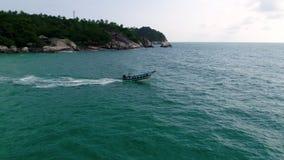 Motorbootsegel im Meer Schönheitsnaturlandschaft thailand Brummenvideo 4K stock video footage