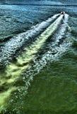 Motorbootspur im Wasser stockfotografie