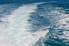 Motorbootwasserspur Wasserbahn auf schöner blauer Ozeanoberfläche hinter beweglichem Schnellboot stockfotografie