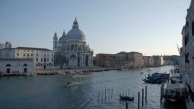Motorboten die door de kanalen van Venetië varen stock videobeelden