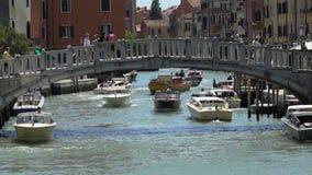 Motorboten die zich onder de brug van Venetië, actief waterverkeer op Grand Canal bewegen stock video