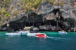 Motorboten op oceaan van het Nationale Park van Phang Nga Royalty-vrije Stock Fotografie