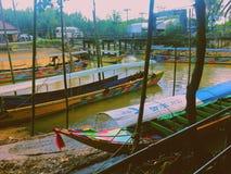 Motorboten in phangnga stock afbeeldingen