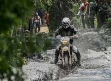 RACE MUD ALL TERRAIN MOTOR. MOTORCICLE ALL TERRAIN MOTO HELMET GLOVES GOOGLES HEADLAMP BOOTS XTREME Royalty Free Stock Photos