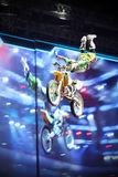 Motorcross stylu wolnego jeździec wykonuje sztuczkę Zdjęcia Royalty Free