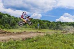 Motorcrossraceauto het springen Royalty-vrije Stock Afbeeldingen