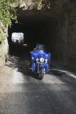Motorcyclists som kör till och med tunneler Arkivbild