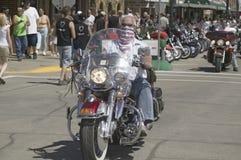 Motorcyclistskörning besegrar den huvudsakliga gatan Fotografering för Bildbyråer