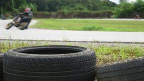 Motorcykelövningsbenägenhet in i ett snabbt hörn på spår stock video