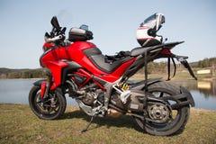 Motorcykel Ducati i natur Arkivfoto
