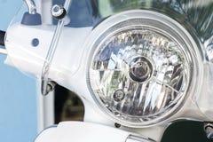 Motorcykel- eller sparkcykelbillyktalampa och vindrutor arkivbilder
