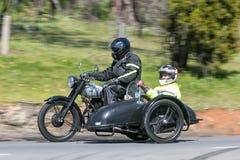 1948 motorcykel för BSA M21 med sidecaren på landsvägen Arkivbilder