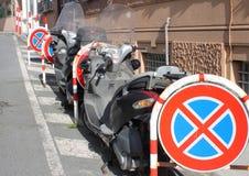 Motorcykel i mycket tydligt ingen parkering Royaltyfria Foton